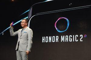 Gospodin Džordž Žao (George Zhao), predsednik kompanije Honor, sa Honor Magic 2 telefonom u ruci, na predstavljanju u Berlinu